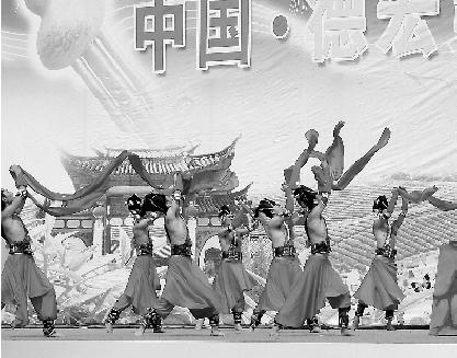 激情洋溢的葫芦丝,奏出德宏各民族团结向上,社会和谐的时代强音.